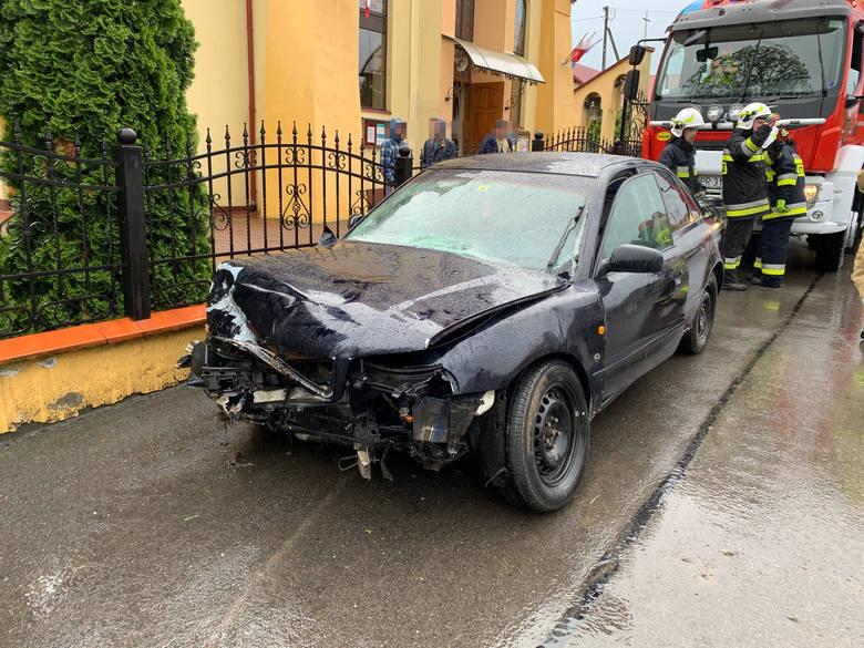Do wypadku doszło we wtorek przed godz 16 w Wacławicach koło Przemyśla. Kierujący audi zjechał z drogi i uderzył w betonowy przepust. Rannego mieszkańca