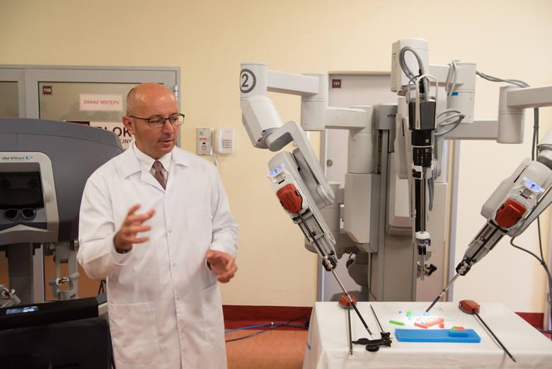 Prezentacja robota da Vinci starszego typu w szpitalu w Toruniu.