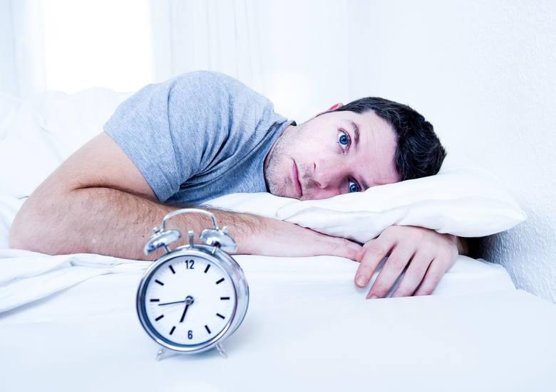 Bezsenność to najczęstsze zaburzenie snu, które przejawia się: • kłopotami w zaśnięciu, czyli wielogodzinnym, ale bezowocnym oczekiwaniem na sen (faza