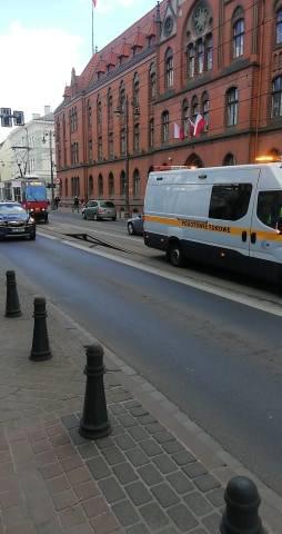 Torowisko jest zablokowane w obie strony, będą znaczne opóźnienia w ruchu tramwajów.- Utrudnienia potrwają od 30 minut do dwóch godzin, w zależności