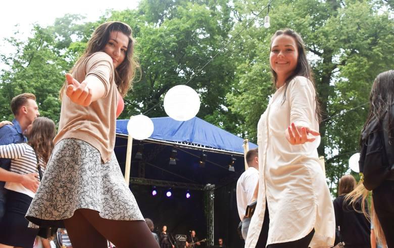 Potańcówka miejska w Parku Branickich. Tańczyli w strugach deszczu
