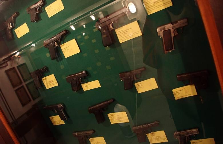 Egzemplarze broni palnej zabezpieczonej przestępcom w latach 70 i 80-tych