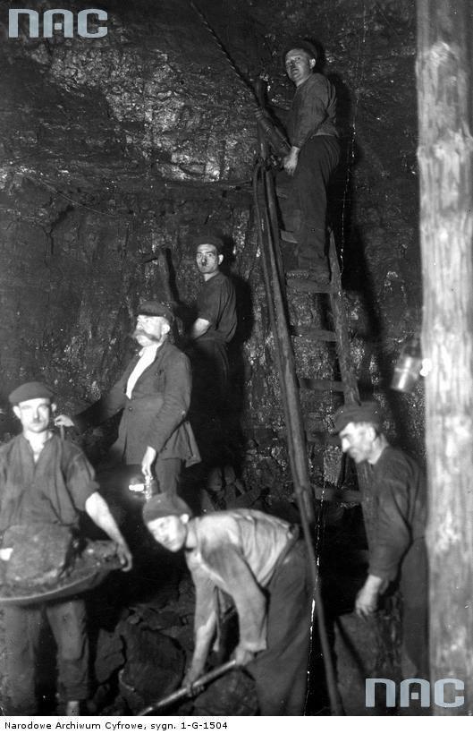 Okres międzywojenny<br /> Górnicy przy pracy