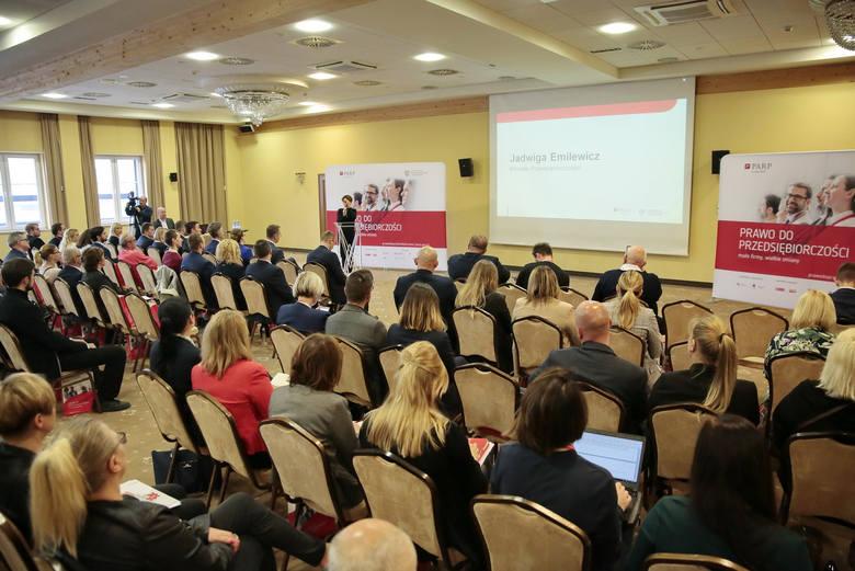 Jadwiga Emilewicz, minister przedsiębiorczości i technologii, na konferencji w Kielcach
