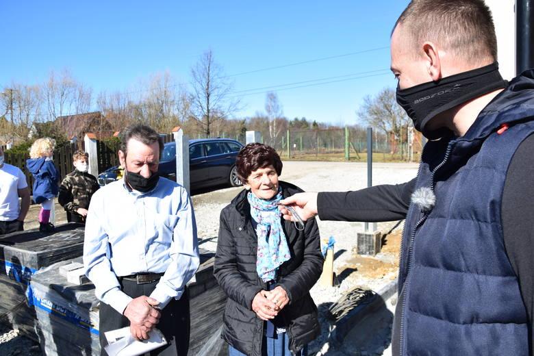 Teresie Młynarczyk i Zbigniewowi Młynarczykowi klucze od nowego domu przekazał Piotr Tylek, sąsiad i strażak, koordynujący roboty budowlane