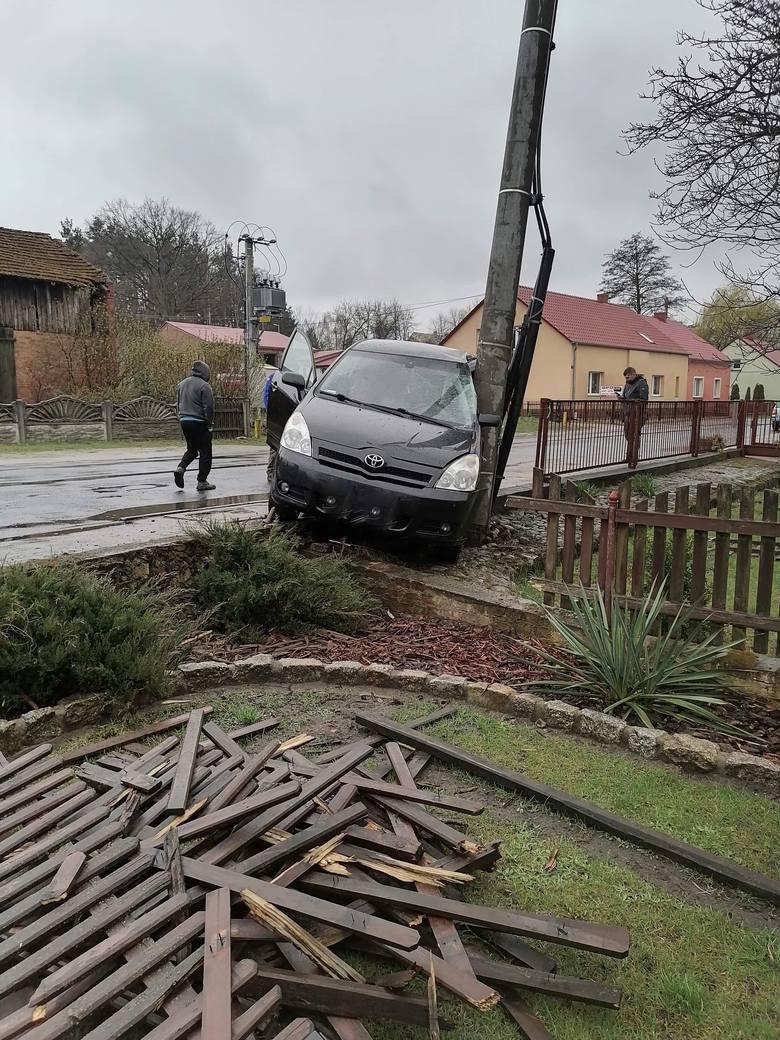 Drastyczne zdjęcia z drogi nr 315 pokazali mieszkańcy wsi Lipka w powiecie nowosolskim. Samochody wjeżdżają im do domów