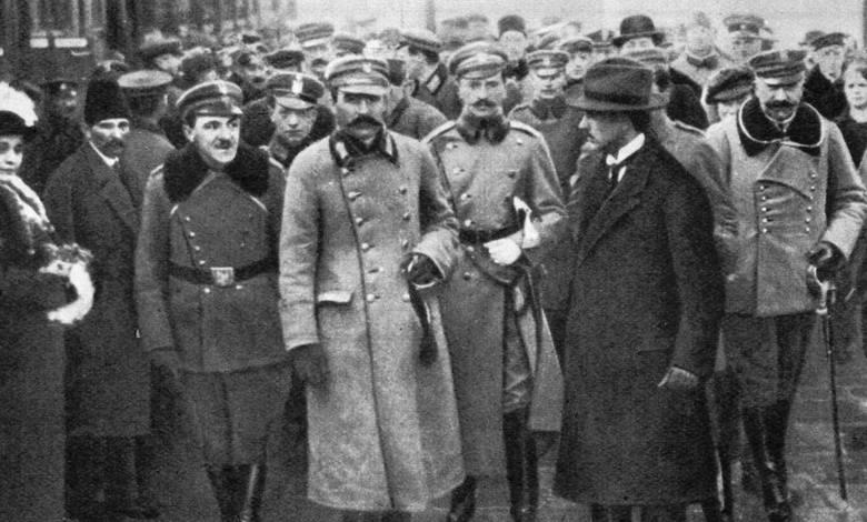 Józef Piłsudski na dworcu w Warszawie, 12 grudnia 1916Choć zdjęcie zostało wykonane przy okazji przyjazdu Piłsudskiego do Warszawy w grudniu 1916 roku,