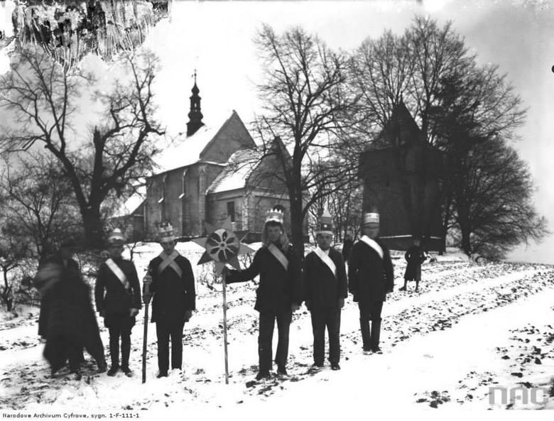 Kolędnicy przy kościele Narodzenia Najświętszej Maryi Panny w Łapczycy