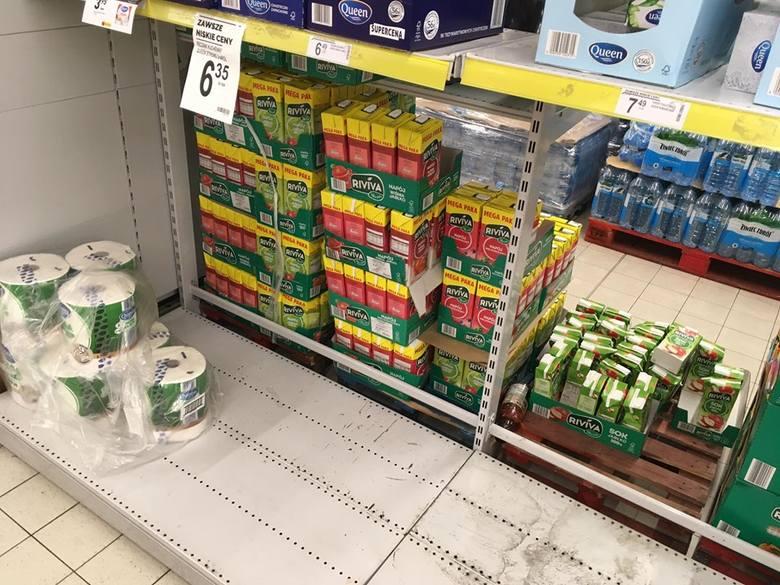 Jak się okazuje, żywności na półkach raczej nie brakuje. W wielu sklepach wykupione są tylko te najtańsze produkty z długim terminem przydatności do
