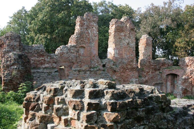 Ruiny zamku w Raciążku. Tutaj w latach 30. staruszkowie mieli opowiadać, że jeszcze ich ojcowie spotykali zjawę córki właściciela warowni