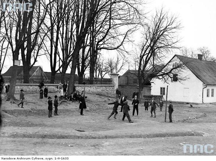 Uczniowie podczas gry w siatkówkę.
