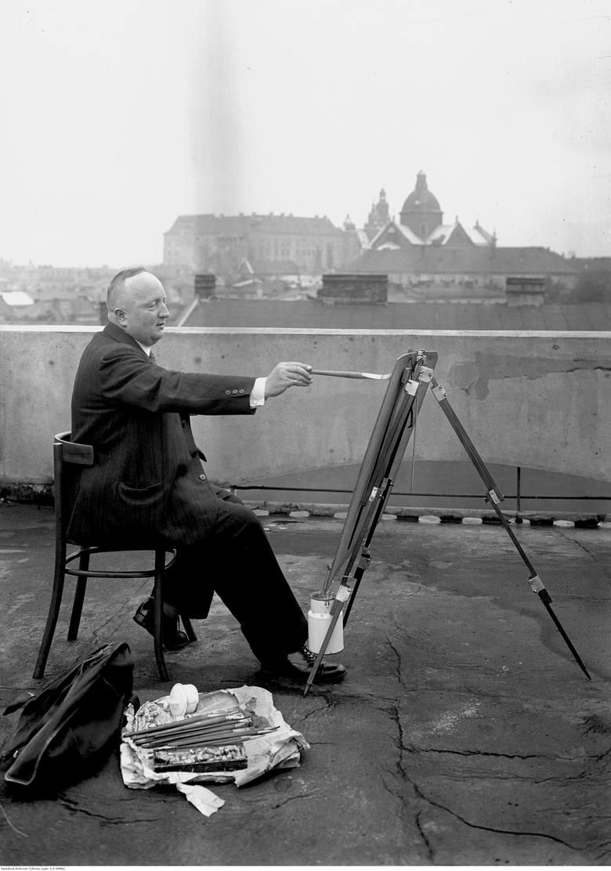 Artysta malarz Jerzy Rupniewski podczas malowania obrazu.