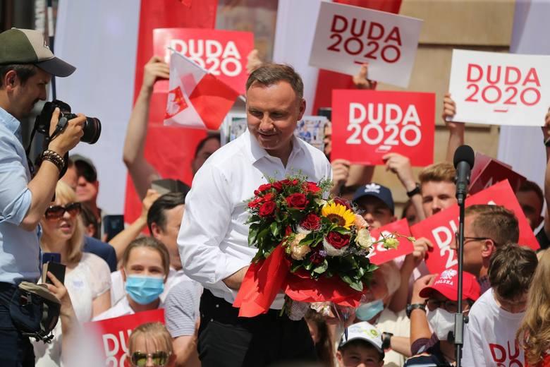 """Andrzej Duda na Rynku chwali rozwój Wrocławia: chapeau bas! """"Ten prezydent to hańba"""" - skanduje Strajk Kobiet"""