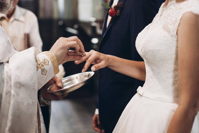 Planujesz ślub kościelny po 1 czerwca 2020 roku? Zapoznaj się z nowymi przepisami, które ustanowił Kościół katolicki w sprawie zawierania małżeństw.