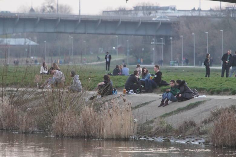 Mimo trwającej pandemii koronawiursa i stanu zagrożenia epidemicznego poznańska młodzież zdecydowała się odpocząć nad Wartą. Piknikujący i spacerowicze