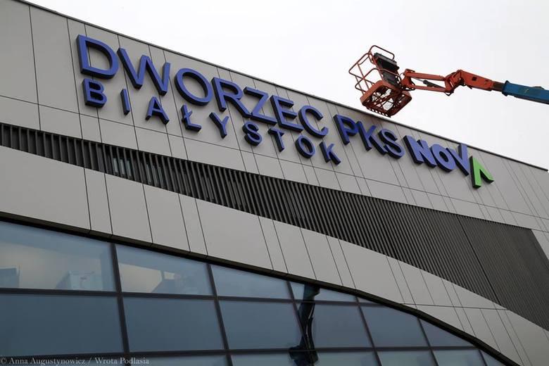 Na budynku Dworca PKS NOVA pojawił się napis Białystok. To jeden z dwóch napisów, które mają informować podróżnych, gdzie się znajdują.
