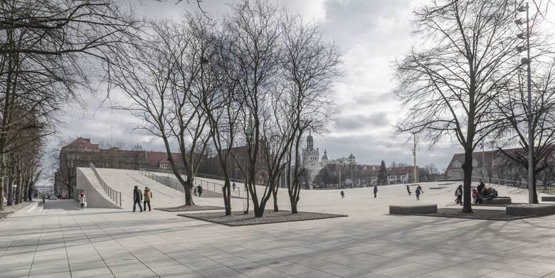 Przełomy. Część muzeum narodowego w szczecinie. to widok na naziemną część budynku, bo muzeum schowane jest pod placem. Przełomy to najlepszy budynek świata roku 2016<br />
