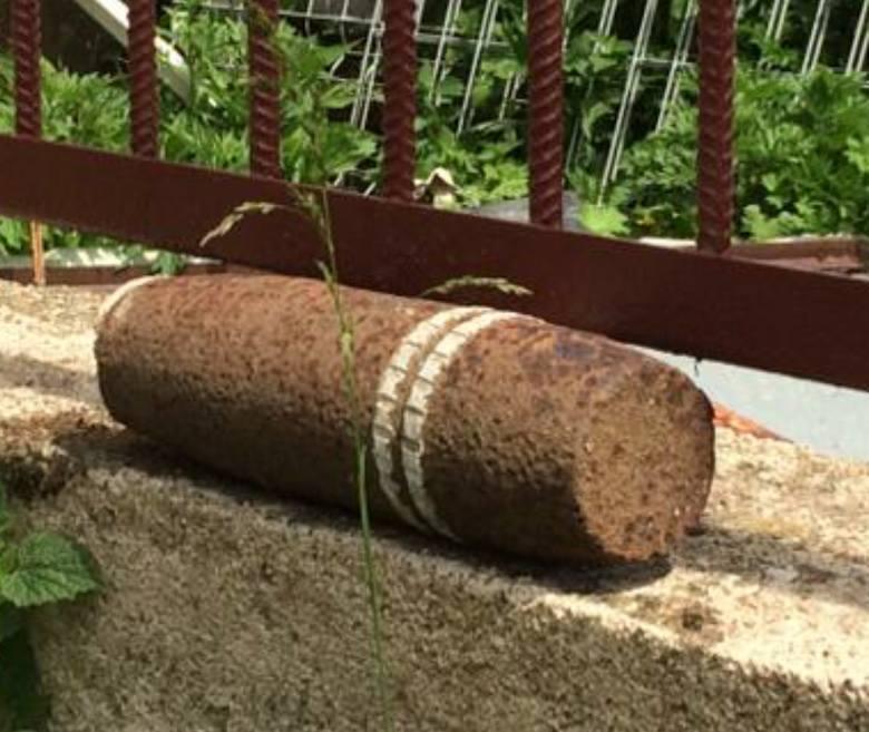 Troszyn. Niewybuch w ogródku unieszkodliwiony przez saperów