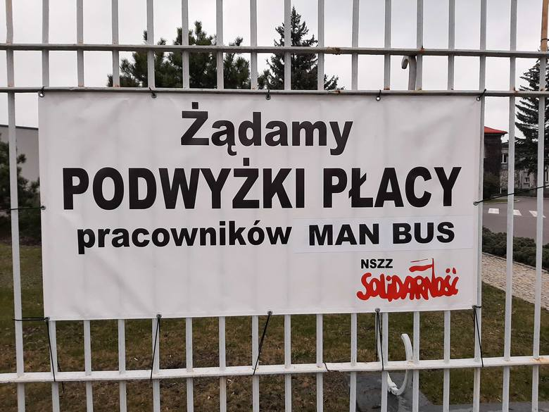Kolejny etap protestu w MAN Bus Starachowice, zakład oflagowany. Jest groźba ostrzejszych form protestu [ZDJĘCIA]