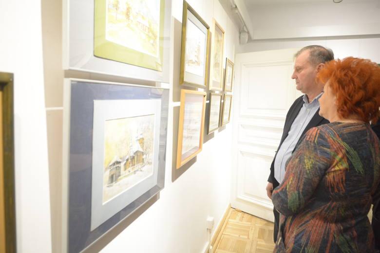"""Otwarcie wystawy prac Henryka Sarny """"Sarna na polskich dróżkach"""" w Radomiu."""