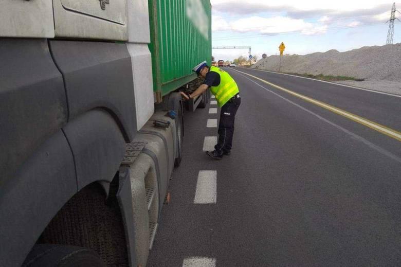W jadącym autostradą A1 samochodzie ciężarowym marki Mercedes wystrzeliła opona. Kierowca zapanował nad pojazdem. Skończyło się to przymusowym postojem