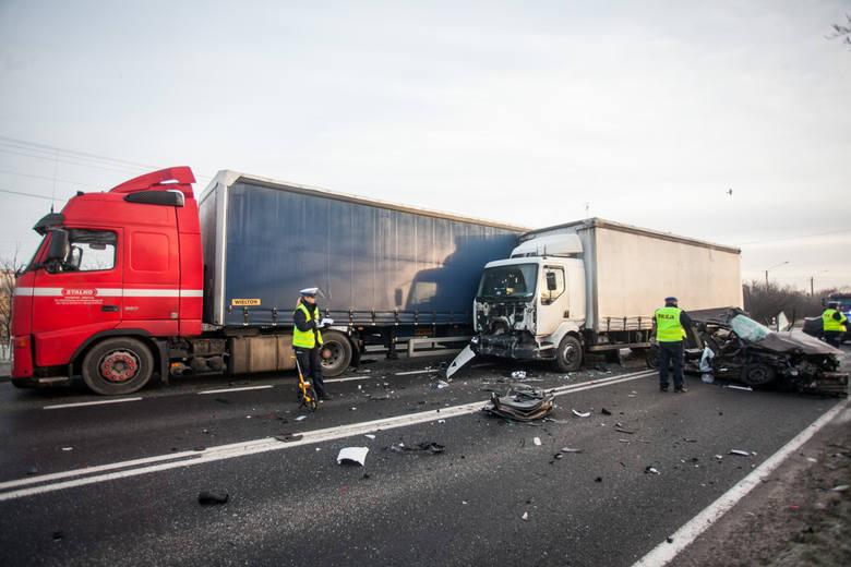 W Kruszynie na wysokości karczmy Gospoda w powiecie bydgoskim zderzyły się 4 samochody: 2 osobowe (volkswagen polo, seat toledo) i 2 samochody ciężarowe