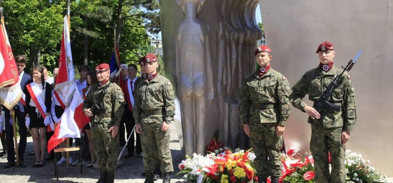 Święto Dzieci Wojny pod pomnikiem Pękniętego Serca w parku im. Szarych Szeregów