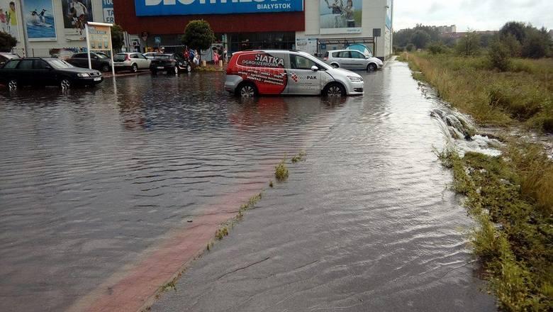 Zalało także sklepy i parkingi. Okolice Decathlon Białystok