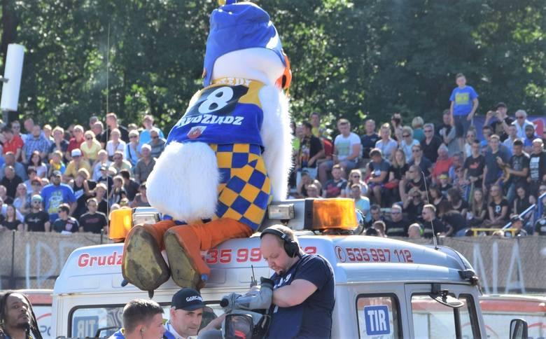 Gołąb Speedy - maskotka MrGarden GKM - wyjeżdża z drużyną do prezentacji. Gołąb ulokował się na dachu pojazdu