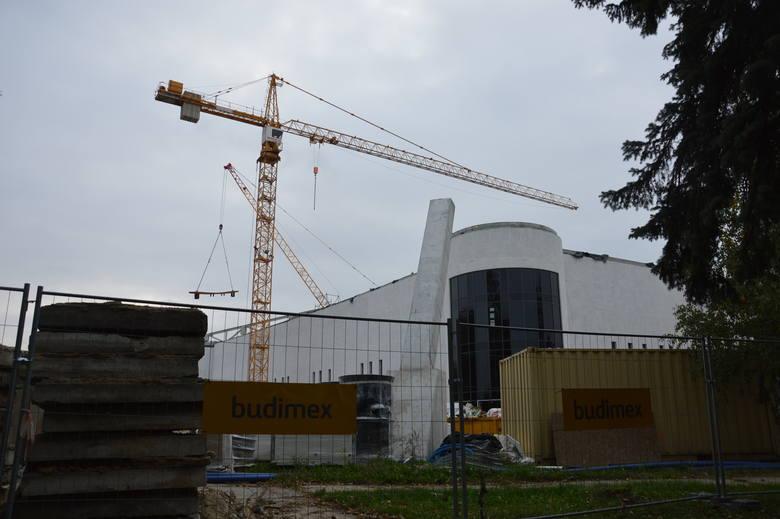 Konstrukcję dachu nowej Jaskółki należało w całości zdemontować. Teraz dokładnie badają ją specjaliści z Politechniki Krakowskiej