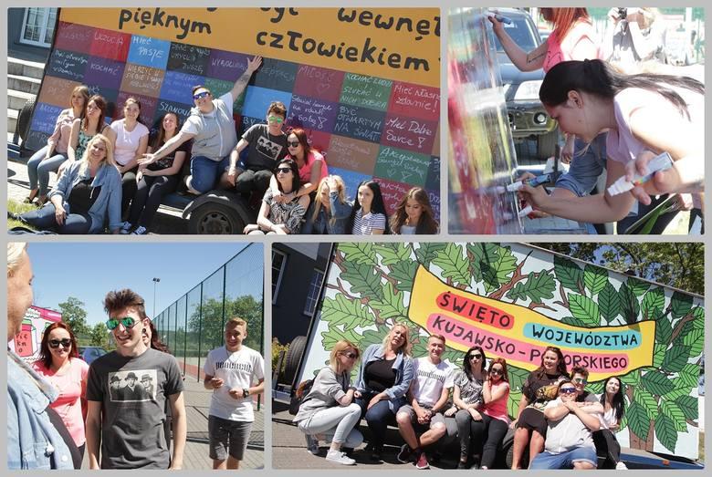 Uroczystości związane ze świętem kujawsko-pomorskiego już trwają. Uczniowie Zespołu Szkół Technicznych wzięli udział w akcji ozdabiania mobilnych billboardów.