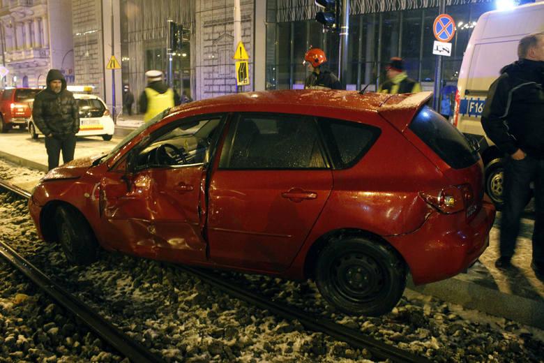 Wypadek na Sienkiewicza. Pijany kierowca wjechał mazdą pod tramwaj [ZDJĘCIA+FILM]