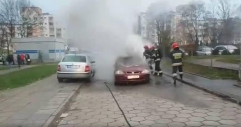 Dziś około godz. 14.30 na ul. Połczyńskiej na Bartodziejach w ogniu stanęła osobowa honda civic. Jak poinformowała nas dyżurna bydgoskiej Straży Pożarnej,