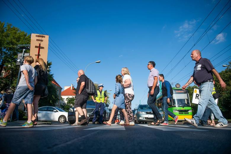 W Poznaniu na przejściach dla pieszych coraz częściej dochodzi do tragedii. Niedawno na ul. Opolskiej śmiertelnie potrącona została 8-letnia Maja. Z kolei na przejściu dla pieszych na skrzyżowaniu ulic Marszałkowskiej i Grunwaldzkiej na początku sierpnia zginęła 75-letnia kobieta.