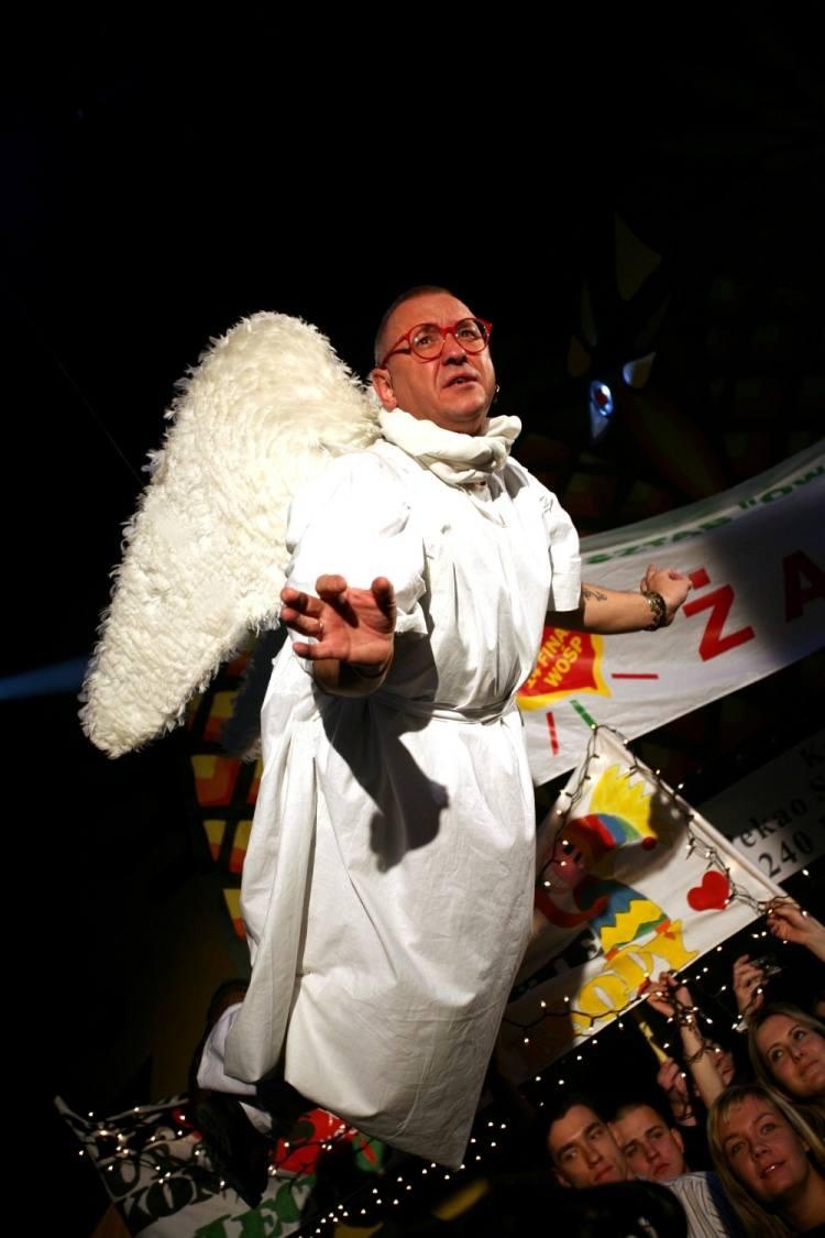 Wolontariusze Wielkiej Orkiestry Świątecznej Pomocy to prawdziwe anioły. Słońce czy deszcz, śnieg czy mróz, zawsze stają na wysokości zadania. Jurek Owsiak z ogromnym dystansem do siebie, reklamuje działania Fundacji WOŚP.