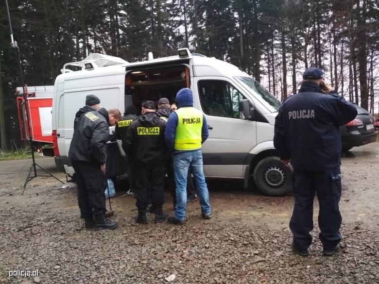 [b]Szczęśliwie zakończyły się poszukiwania 12-latka z Izdebek. Chłopiec od wtorku poszukiwany był przez brzozowską policję. Został odnaleziony w lesie, około 5 km od swojego domu. Na jego ślad natrafił mieszkaniec Izdebek, który zauważył psa, który towarzyszył chłopcu. Dziecko odnaleźli...