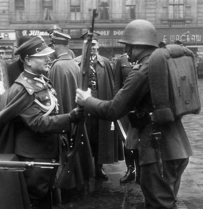 73. Pułk Piechoty defiluje na ulicy marszałka Józefa Piłsudskiego po manewrach. Rok 1937