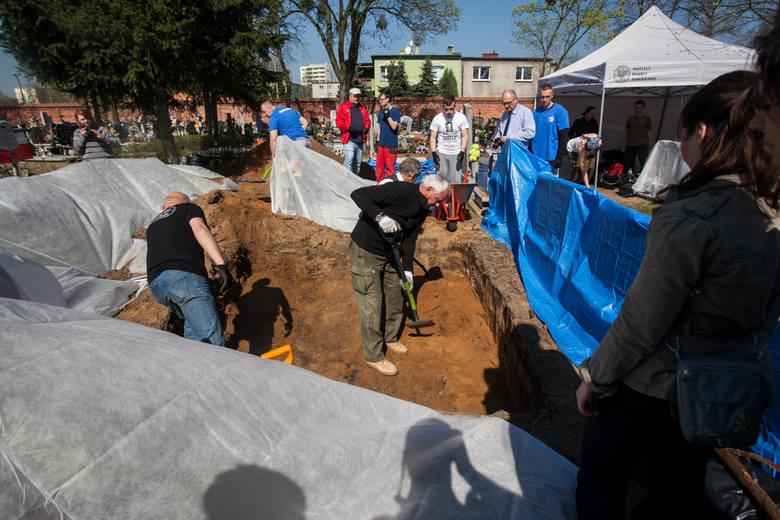 Na cmentarzu przy Kcyńskiej w Bydgoszczy pracował m.in. prof. Krzysztof Szwagrzyk z archeologami: Dominiką Siemieńską i Michałem Nowakiem.