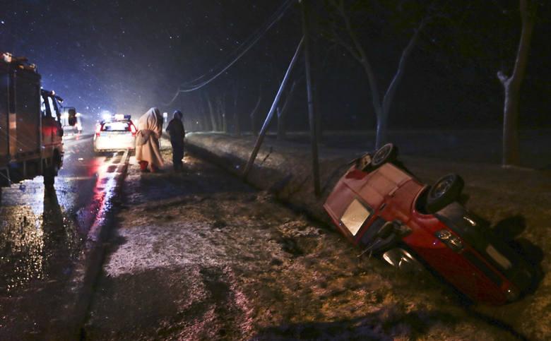Do wypadku doszło późnym wieczorem 29 lutego na trasie Zielona Góra - Krosno Odrz. Padał śnieg, na jezdni było ślisko. Mimo tego kierujący oplem jechał