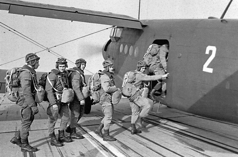 Skoki spadochronowe. Żołnierze 1. Batalionu Szturmowego czekają na swoją kolej