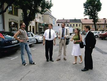 Przedstawiciele władz miasta i Urzędu Marszałkowskiego ustalali, gdzie będą stoiska wystawców Fot. Magdalena Uchto
