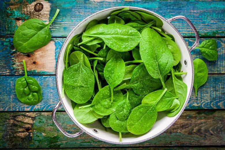 Soczyście zielony kolor liściom szpinaku nadaje chlorofil.