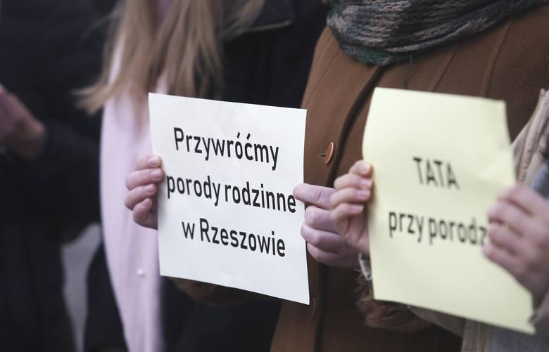 """Pod hasłem """"Tata przy porodzie"""" na Rynku w Rzeszowie odbyła się konferencja prasowa rzeszowskich mam, które chcą porodów rodzinnych"""