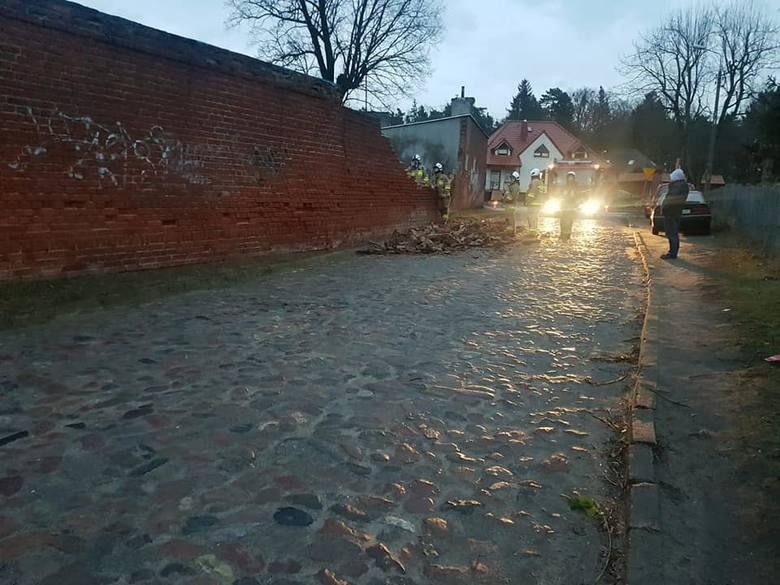 Prabuty, ul. Zielna. Wiatr zniszczył mur [10.02.2020]