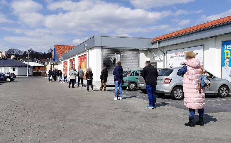 W sobotę, 4 kwietnia, mieszkańcy Przemyśla ustawili się w długich kolejkach przed sklepami. ZOBACZ TEŻ: Gospodarka. Co nas czeka w ciągu kolejnych miesięcy?