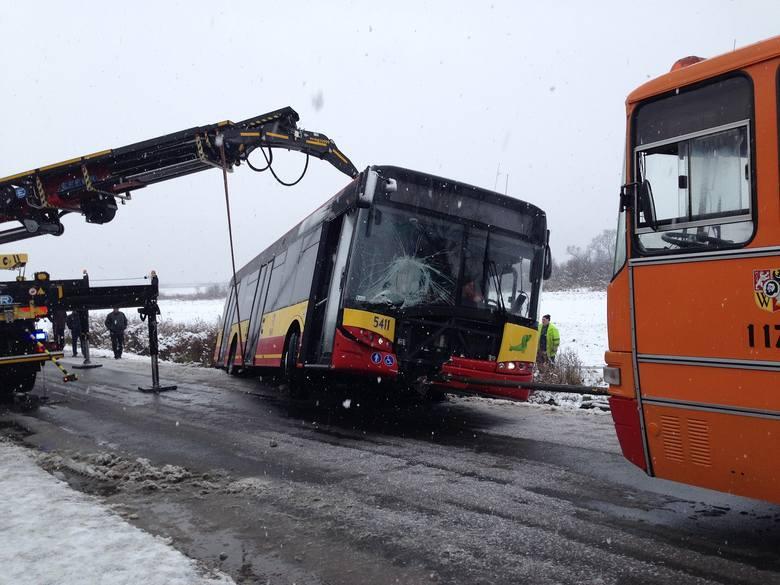 Wrocław: Wypadek wozu MPK. Autobus z pasażerami wjechał do rowu (ZDJĘCIA)