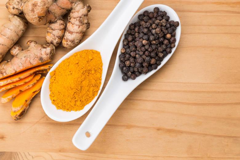 KURKUMA + PIEPRZidealny kuchenny duetKurkuma z pieprzem to jedno z najdoskonalszych połączeń kulinarnych. Zawarta w pieprzu piperyna zwiększa blisko