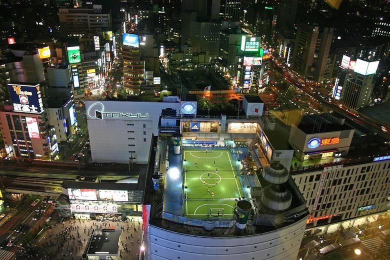 Tokijska Shibuya to niezwykle zatłoczona dzielnica, dlatego japońscy projektanci uznali, że dach wieżowca jest najbardziej optymalnym miejscem na wybudowanie