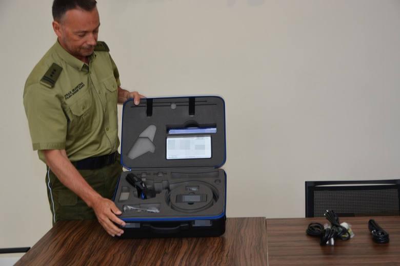 Funkcjonariusze z Warmińsko-Mazurskiego Oddziału Straży Granicznej otrzymali od przedstawicieli Ambasady Stanów Zjednoczonych sprzęt do wykrywania nielegalnych