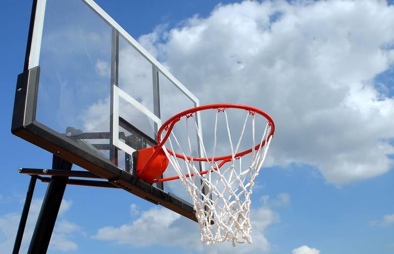 """Sprawdź, gdzie najlepiej pograć w koszykówkę w Lublinie! Kliknij w przycisk """"zobacz galerię"""" i przesuwaj zdjęcia w prawo, naciskając strzałkę lub przycisk"""